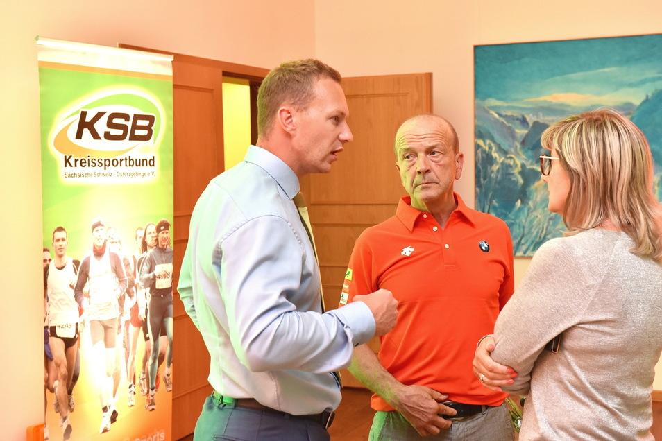Landtagsvizepräsidentin Andrea Dombois (CDU) ist seit 2020 Schirmherrin der Boballianz Sachsen. Hier im gespräch mit Gerd Leopold (m.) und Francesco Friedrich.