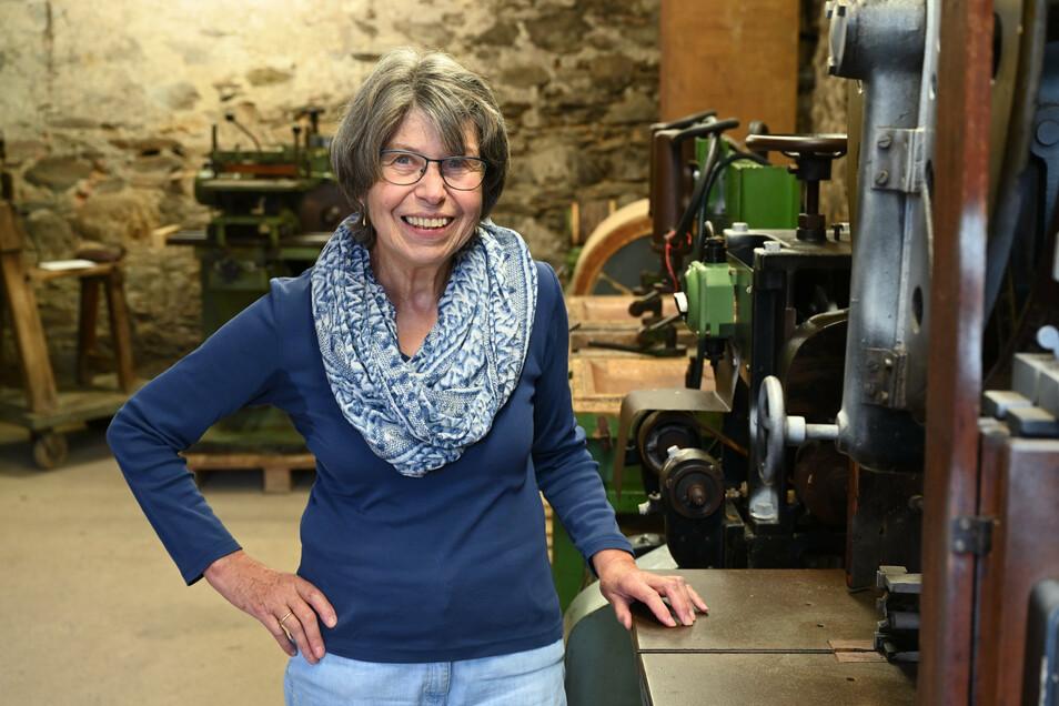 Dr. Ingrid Fuchs im neuen Schaudepot des Deutschen Stuhlbaumuseums in Rabenau.