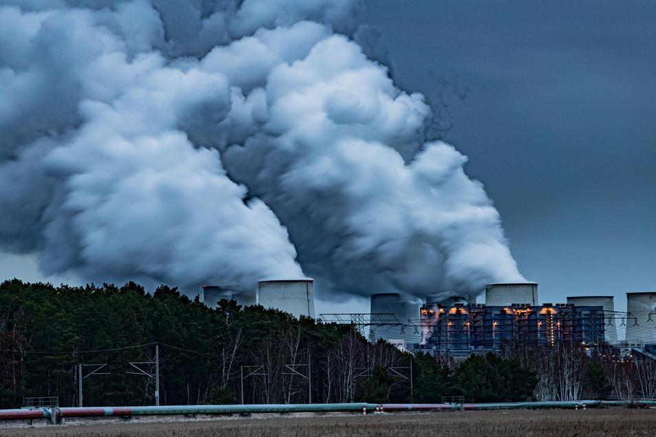 In wenigen Jahren sollen keine Kohlekraftwerke - hier ein Blick auf das Kraftwerk Jänschwalde - mehr in Betrieb sein. Für den Strukturwandel erhält auch der Landkreis Bautzen viel Geld. Über dessen Vergabe gibt es Diskussionen.