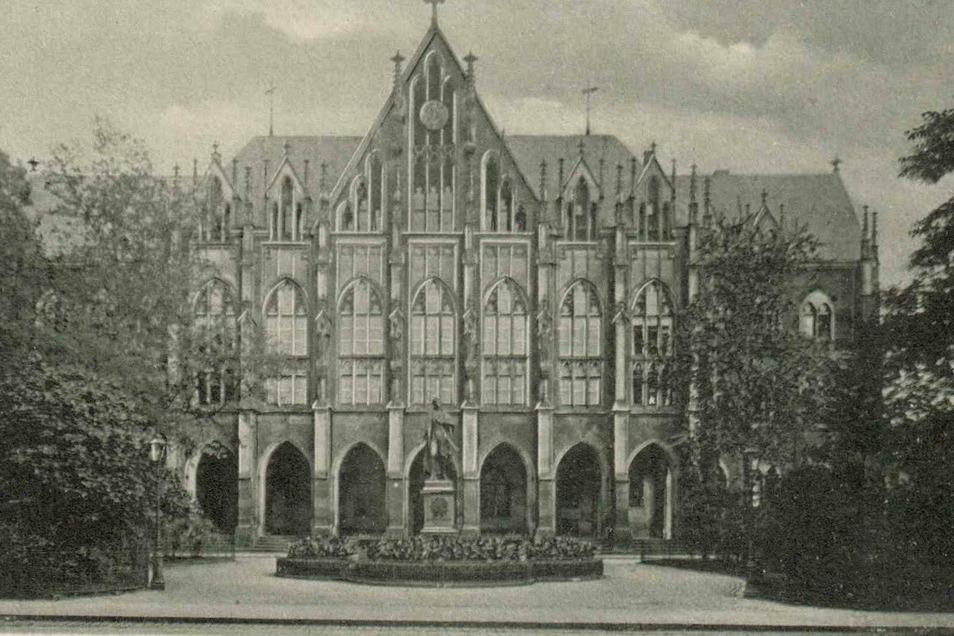 Das imposante Gebäude der Kreuzschule auf einer Postkarte um 1940.