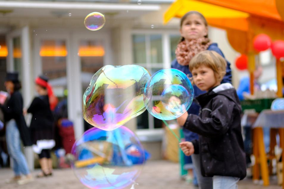 Mit Seifenblasenblasen, Tonkneten, Knüppelkuchenbacken und Wasserlaufen wurden vier Elemente unseres Lebens bei der Eröffnung der Theatersaison erforscht.