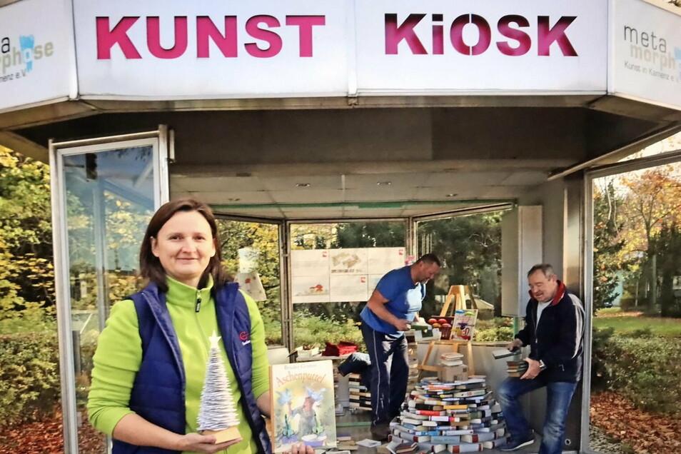Im Kunst-Kiosk am Kamenzer Bahnhof stellen die Bücherretter derzeit eine Vielzahl ihrer Produkte aus.