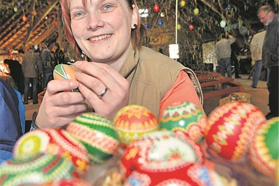Carolin Maschinsky bemalt nach sorbischem Brauch Ostereier.