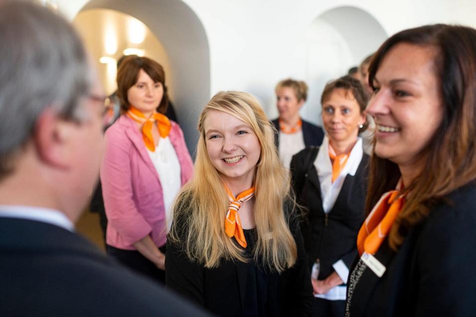 Traumjob gefunden: Claudia Müller (Mitte) – mit ihrer Ausbilderin Claudia Hofrath (rechts)– geht ins dritte Lehrjahr bei der Volksbank-Raiffeisenbank Niederschlesien in Görlitz.