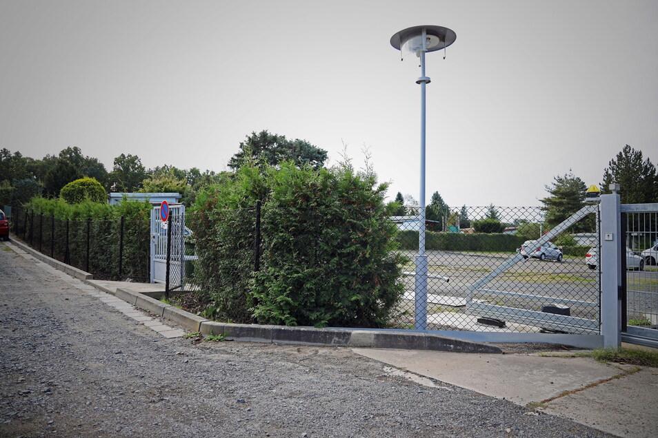 An dieser Laterne vor dem Tor der Gartenanlage Goltzscha soll der verletzte Mann auf den von Gartennachbarn herbeigerufenen Notarzt und die Polizei gewartet haben.