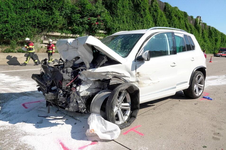 Ein VW ist am Sonntagmorgen auf einen Sattelzug aufgefahren. Dabei wurden alle Fahrzeuginsassen schwer verletzt.