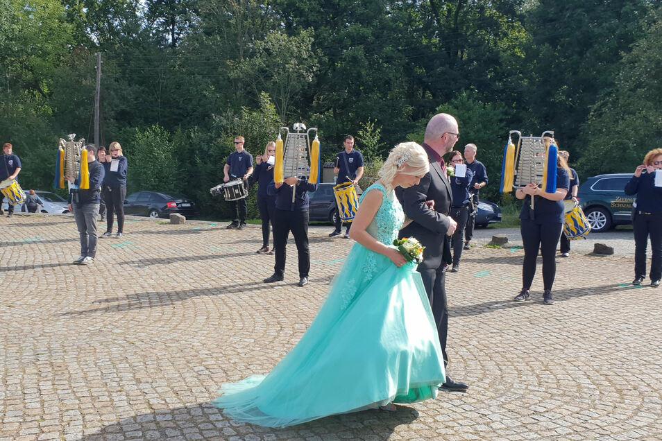 Für Heiko und Conny Firle spielte der Spielmannszug der Großschönauer Feuerwehr.