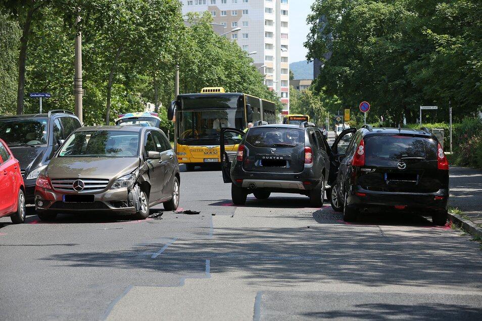 Der Mercedes und der Dacia sind zusammengestoßen. Danach musste die Straße gesperrt werden.