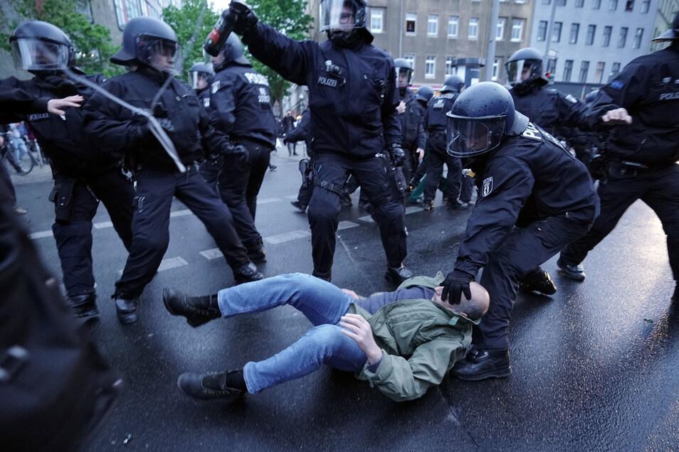 Eine Journalistin, die am 1. Mai in Berlin eine solche Festnahme filmte, soll von einem Polizisten verletzt worden sein.