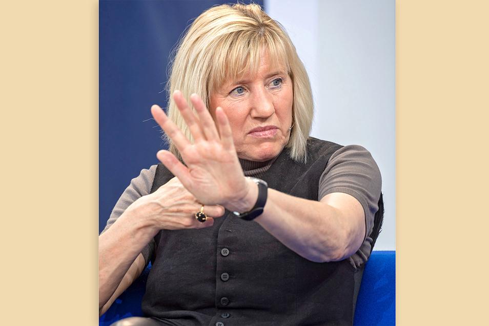 Ines Geipel war selbst Leistungssportlerin in der DDR und ist heute Schriftstellerin und Professorin an der Berliner Schauspielschule. Sie nutzt die eigene Familiengeschichte, um Verwerfungen in der DDR aufzuzeigen. 1989 war sie in den Westen geflohen.