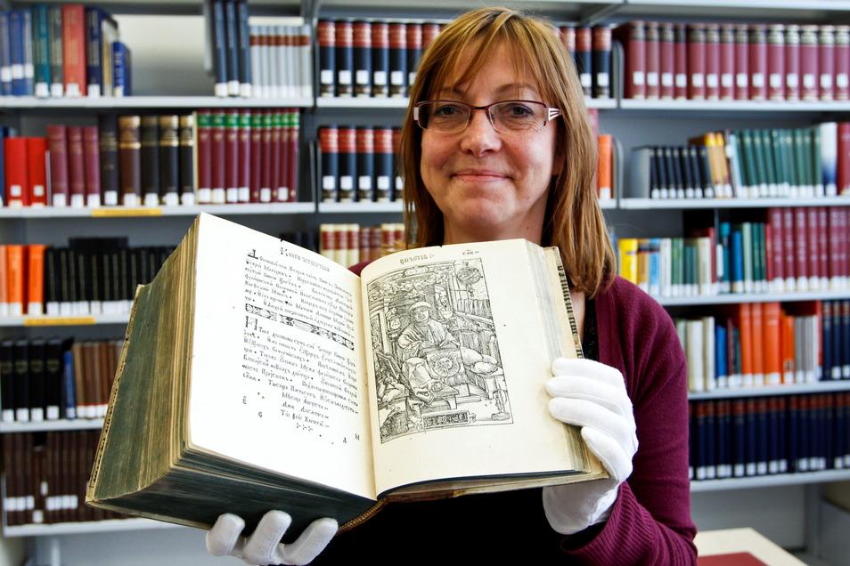 Die Skaryna-Bibel von 1517/19 ist ein Exemplar des ersten in einer slawischen Sprache gedruckten Buches. Es ist einmalig in Deutschland. Karin Stichel von der Oberlausitzischen Bibliothek zeigt ein Bild des Übersetzers Francysk Skaryna.