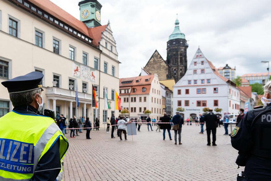 Viel Luft: In das abgesteckte Geviert vor dem Pirnaer Rathaus durften nur maximal dreißig Demonstranten. Mundschutz und zwei Meter Abstand waren Pflicht.