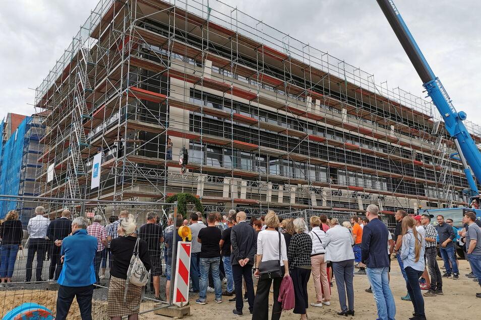 Viele Zuschauer und die beteiligten Baufirmen mit ihren Mitarbeitern waren zum Richtfest gekommen.