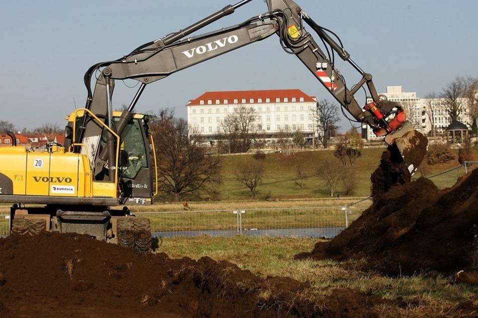 Baubeginn 2007  Der zunächst für den 13. August 2007 vorgesehene Baubeginn verzögerte sich bis zum 19. November 2007 durch einen vom Verwaltungsgericht Dresden aus Naturschutzgründen verhängten Baustopp, der jedoch vom Oberverwaltungsgericht wieder aufgehoben wurde. Los ging es mit archäologischen Ausgrabungen bauf der Altstädter Seite.
