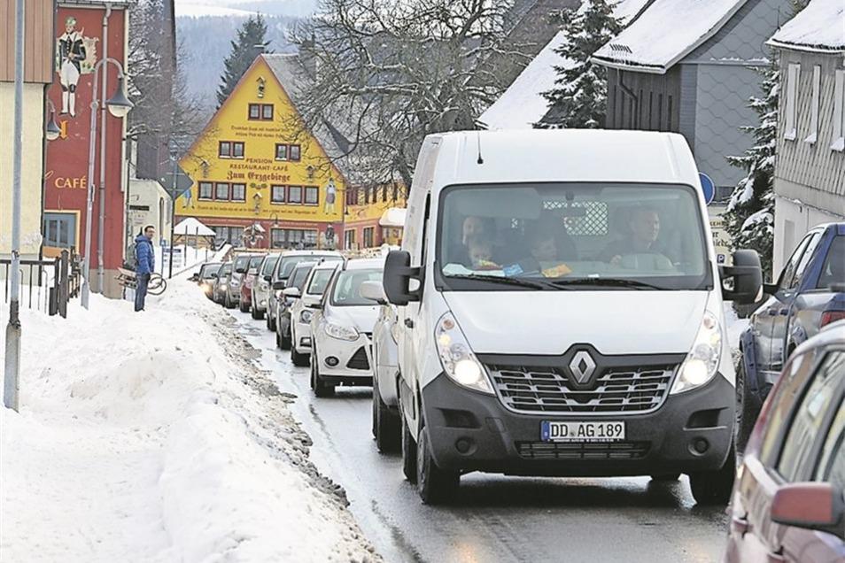 Autofahrer mussten Geduld mitbringen Wegen des Ansturms der Autofahrer kam es in Altenberg zwischenzeitlich zu Staus auf der B 170. Das lag nicht nur an daran, dass viele verzweifelt einen Parkplatz suchten. Auch die Ampel an der Kreuzung B 170/Rehefelder