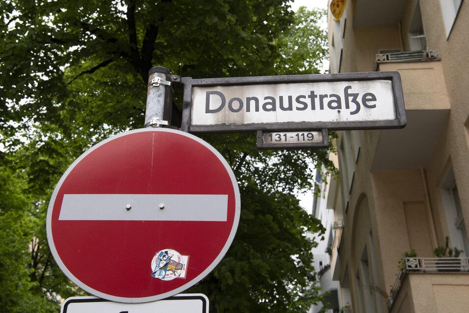 In der Donaustraße in Berlin durchsuchte die Polizei eine Wohnung.