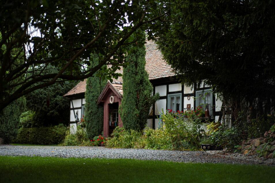 Ein Hingucker ist das kleine Fachwerkhaus am Grundstückseingang. Vieles sieht aus wie 1895, als es als Stellmacherei und Wohnhaus in Biehla erbaut wurde.