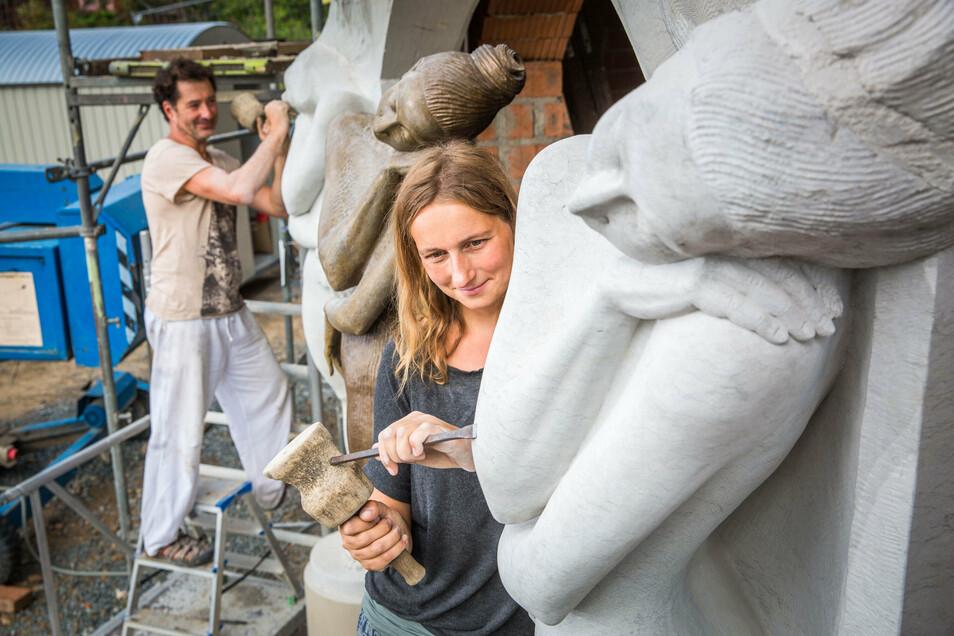 Marie-Josefin und Stefan Zimmermann gestalten den Eingang aus Cottaer Sandstein nach einer Skulptur von Zimmerlings Frau Malgorzata Chodakowska.
