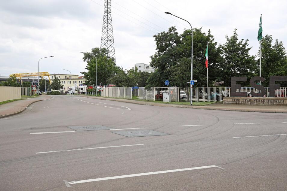 Der Eingangsbereich zum Stahlwerk: Das gelbe Gebäude im Hintergrund hat Feralpi bereits vom Gastroservice Selle gekauft; auch die Straße möchte das Unternehmen gern umgestalten.
