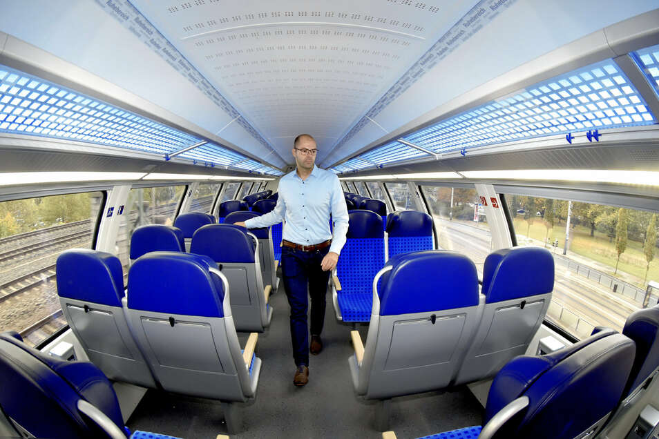 Projektmanager Stefan Horn bei der ersten offiziellen Probefahrt. In der S-Bahn ist alles farblich in blau und grau aufeinander abgestimmt, sogar das Licht.