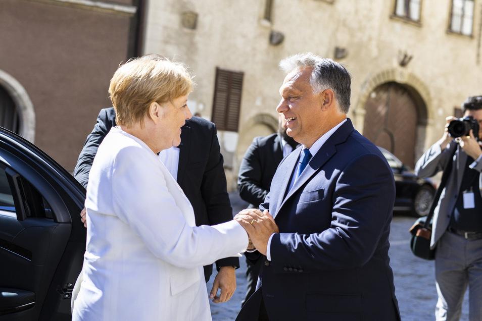 Viktor Orban (r), Ministerpräsident von Ungarn, empfängt Bundeskanzlerin Angela Merkel (CDU) in Sopron. Die Bundeskanzlerin hat den Ungarn für die Unterstützung bei der Öffnung der Grenzen 1989 und bei der folgenden Deutschen Einheit gedankt.