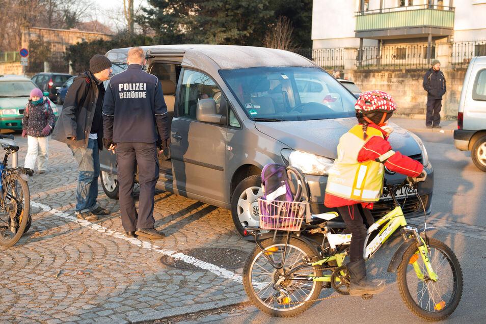 Symbolbild: Die Polizei klärt Eltern auf, wo vor Schulen geparkt werden darf und wo nicht. Auch in Radebeul geschieht das zum Schuljahresbeginn.