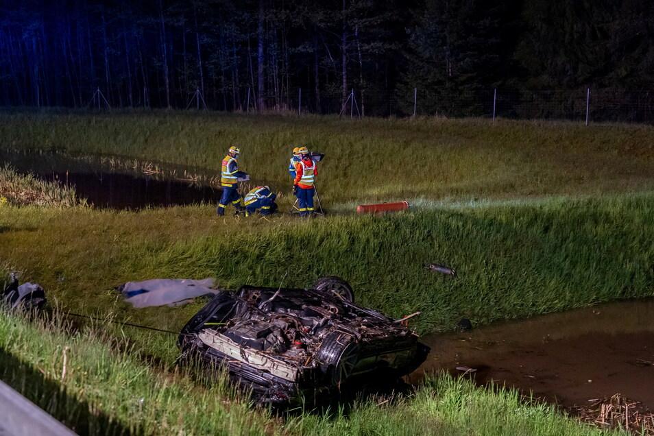 Sachsen, Treuen: Einsatzkräfte der Feuerwehr am Unfallort.