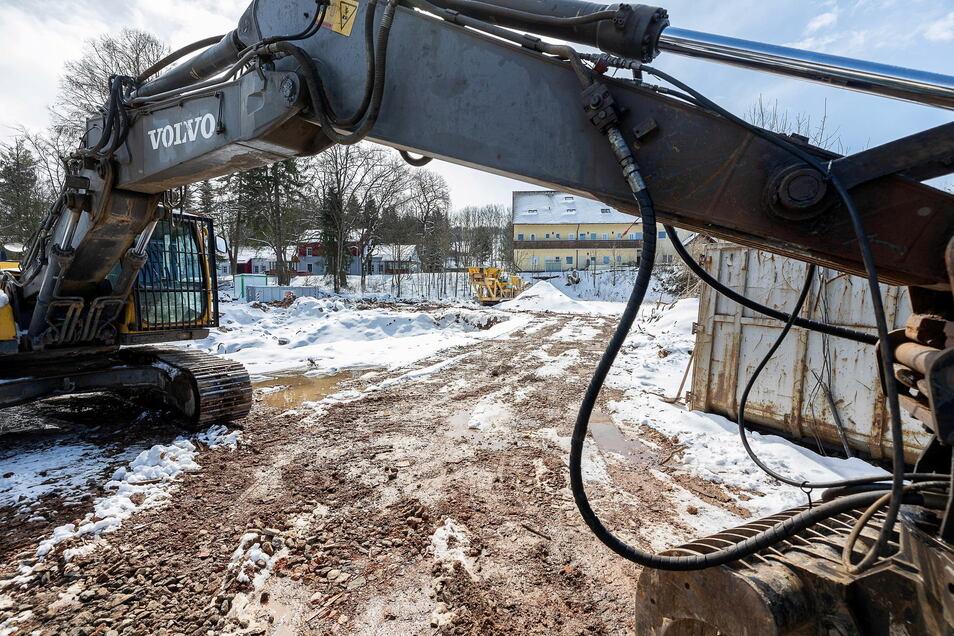 Der Abrissbagger und die letzten Reste vom Geisinghof Anfang April 2021.