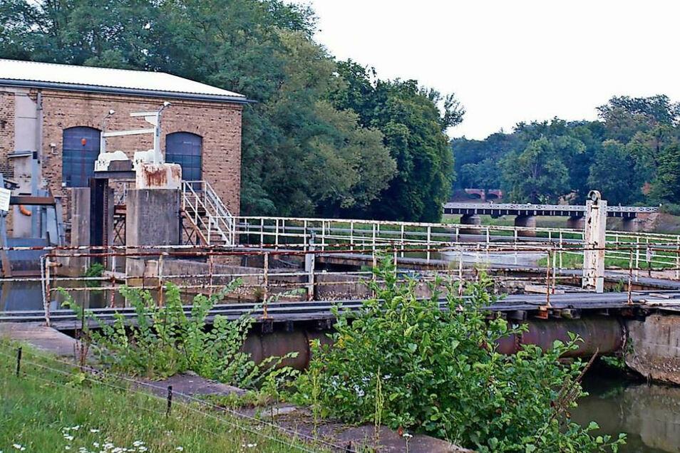 Selbst als Laie sieht man dem Wehr und dem Wasserkraftwerk an der Muskauer Neiße an, dass die Anlage ihre besten Jahre längst hinter sich hat und eine Verjüngungskur braucht.