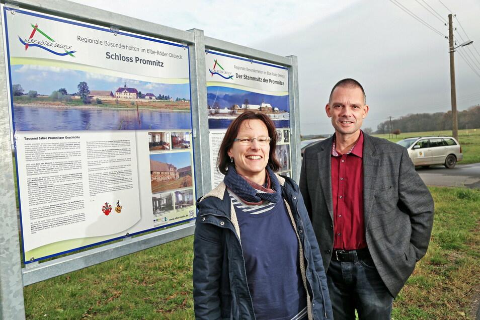 Anja Schober vom Elbe-Röder-Dreieck und der heutige Landrat Ralf Hänsel vorm Aufsteller, der auf Schloss Promnitz als regionale Besonderheit hinweist.