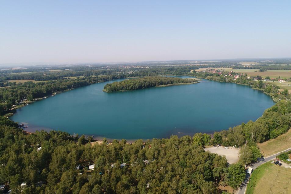 Der Olbasee, der zwischen Wartha und Kleinsaubernitz liegt, ist ungefähr 50 Hektar groß und 35 Meter tief.