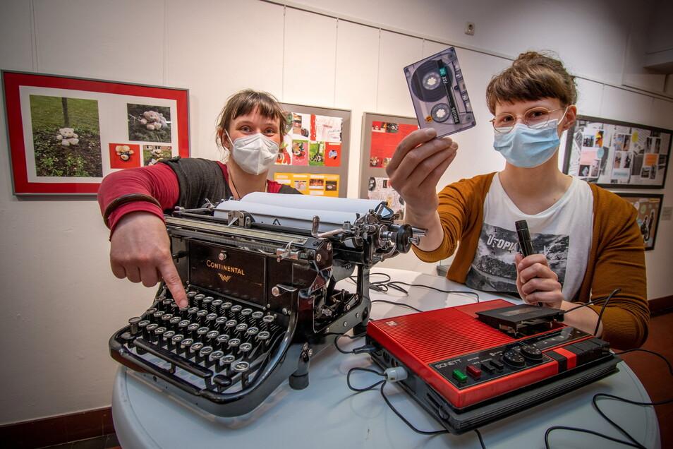 """In der Ausstellung """"ALTER!?"""" werden alte technische Geräte gezeigt, mit denen junge Leute nichts mehr anfangen können."""