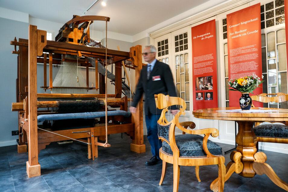 Einer der ersten Besucher, die am Sonnabend das Schaufenstermuseum in Großschönau besichtigen durften.