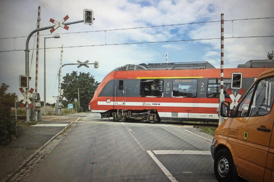 Die Bahnschranke Riesaer Straße in Großenhain war schon 2017 defekt, als eine Stromunterbrechung ihr Schließen verhinderte.