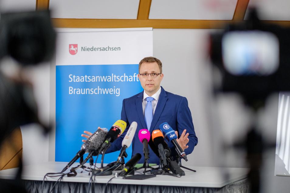 Staatsanwalt Hans Christian Wolters spricht  zu Medienvertretern über die Ermittlungen im Fall Maddie. Die Staatsanwaltschaft Braunschweig ist der Auffassung, dass das Mädchen tot ist.
