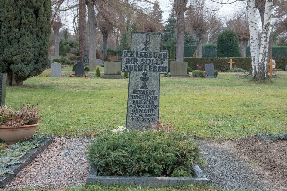 Wohl bisher einmalig in der Katholischen Kirche Deutschlands: Das Grab von Pfarrer Herbert Jungnitsch auf dem Heidenauer Südfriedhof soll bald eingeebnet werden, weil der Priester sich an Kindern verging.