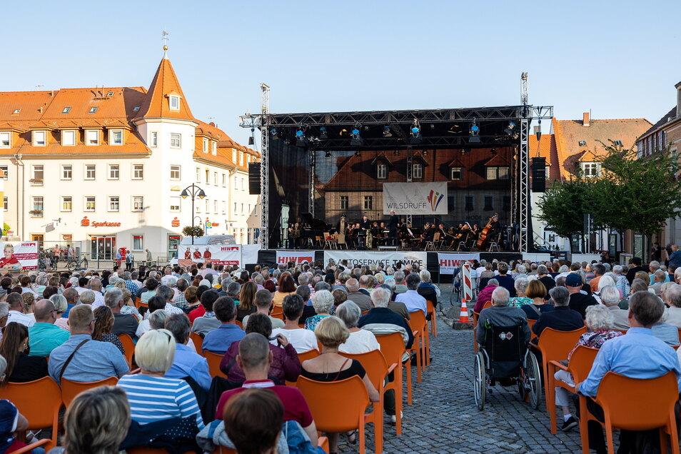 Rund 700 Zuschauer kamen am Sonnabend nach Wilsdruff zum Konzert der Elblandphilharmonie. Das Orchester trat unter Leitung des Chefdirigenten Ekkehard Klemm gemeinsam mit Tom Pauls, alias Ilse Bähnert, auf.