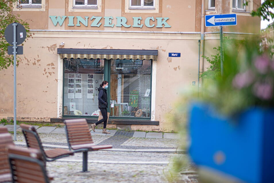 Für Kamenzer Marktbesucher führt der Weg derzeit nur vorbei am früheren Geschäft Winzereck. Gartenfreunde haben die Schaufenster gestaltet. Aber der Laden steht schon lange leer hier. Doch das soll sich ändern.