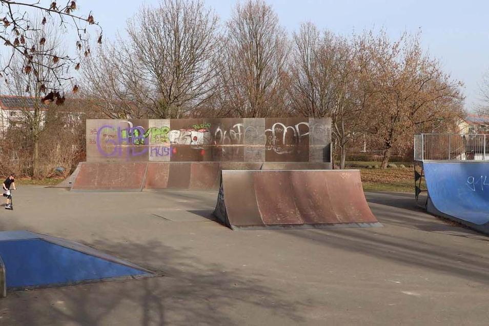 """So sah die Skateanlage in Görlitz-Weinhübel bisher aus. Jetzt werden die große """"Wallride"""" (im Hintergrund) und wahrscheinlich auch die kleinere """"Spine"""" (Bildmitte) abgebaut."""