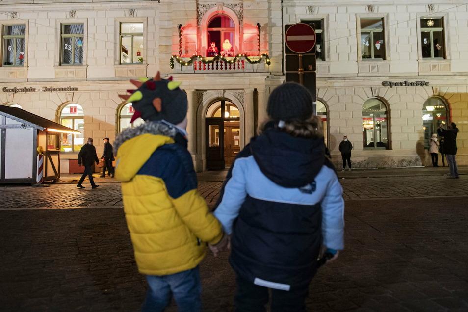 Auch diese beiden Kinder lauschen der Geschichte vor dem Großenhainer Rathaus.