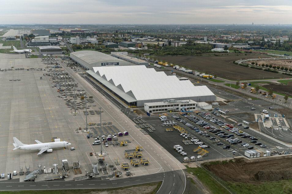 Die Hallen des Amazon-Luftfrachtzentrums am Flughafen Leipzig-Halle leuchten weiß. Amazon hat am Flughafen Leipzig-Halle sein erstes regionales Luftfrachtzentrum in Europa in Betrieb genommen.