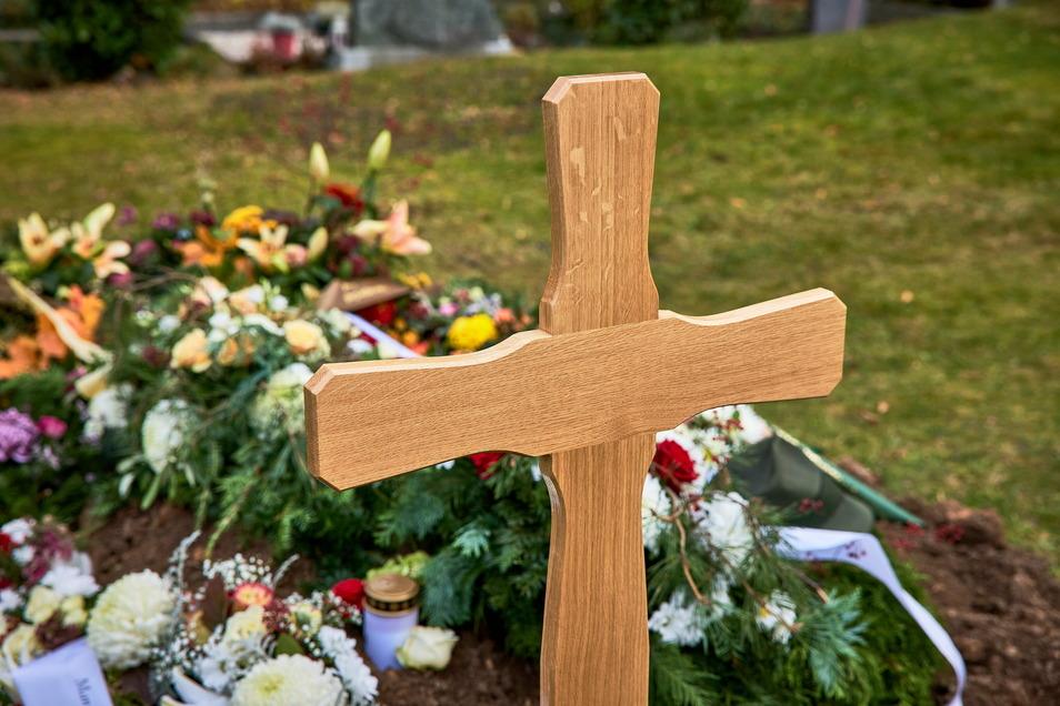 Der evangelische Friedhof in Pirna verzeichnete im Dezember doppelt so viele Bestattungen wie sonst. Bei den Trauerfeiern gelten strenge Hygieneregeln.