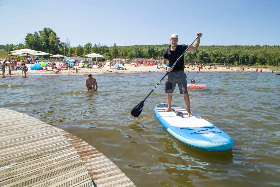 Dennis Weichert verleiht seine Boards fürs Stehpaddeln jetzt an der Blauen Lagune.