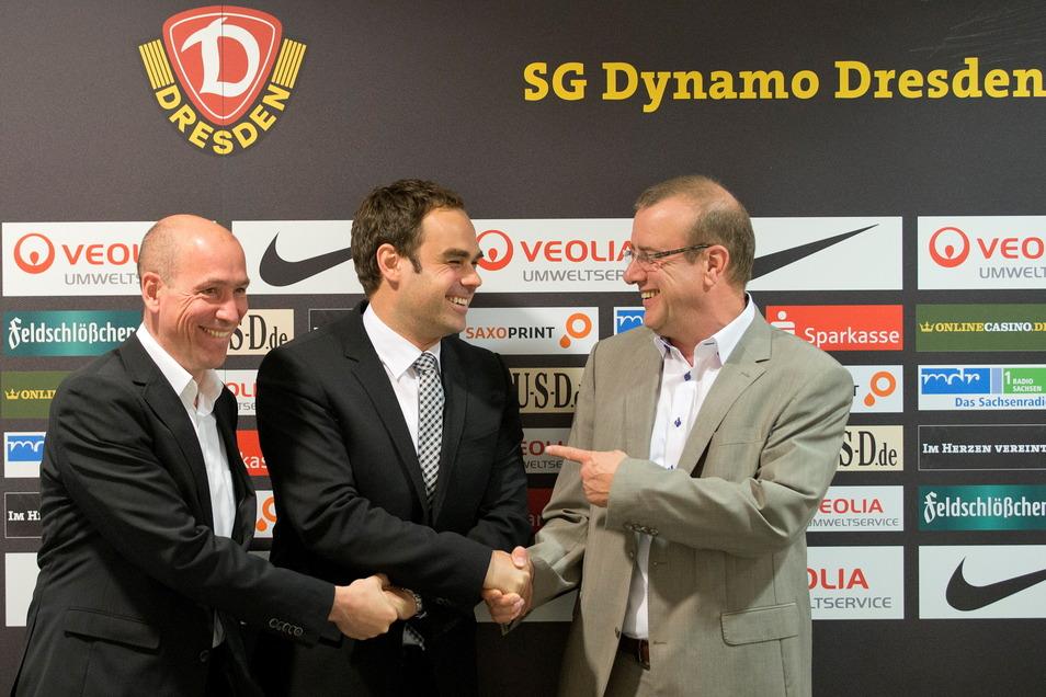 Am 8. Mai 2014 wird Robert Schäfer (M.) als neuer kaufmännischer Geschäftsführer bei Dynamo Dresden vorgestellt - und vom Aufsichtsratsvorsitzenden Thomas Blümel (l.) und Präsident Andreas Ritter herzlich begrüßt. Alle drei Herren sind inzwischen nicht me