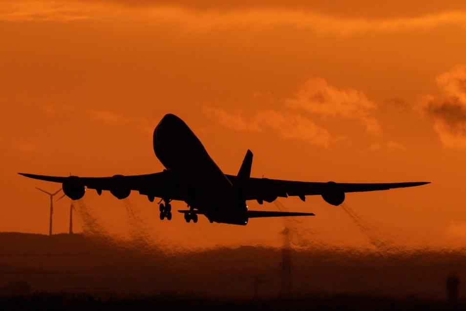 Eine Boeing 747 startet vom Flughafen Frankfurt aus in den Abendhimmel. Ein EU-Kommissar ist optimistisch, dass wir bald auch wieder in die USA reisen können.
