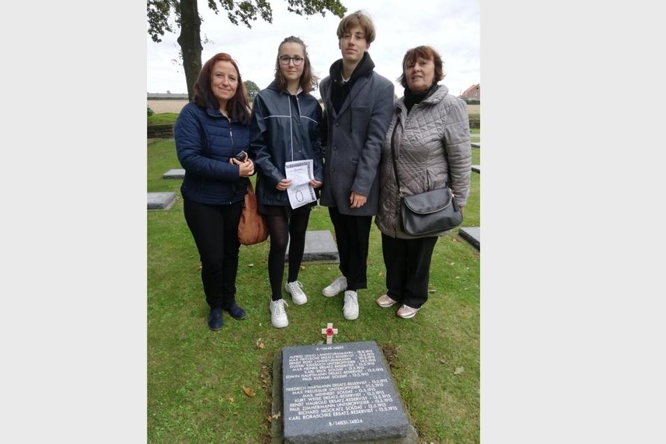 Mareen Hoch mit ihren Kindern Sienna und Demian sowie Mutter Birgit Restel (v.l.) am Grab von Opa, Uropa und Ururopa Paul Zimmermann. Er fiel hier im Ersten Weltkrieg mit 27 Jahren in Westflandern im Mai 1915.
