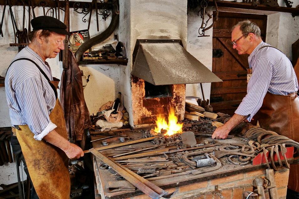 Seit Jahren hält Gerhard Röder (links) in Schleinitz das Schmiedefeuer am Lodern.
