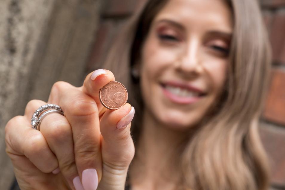 Cathy Hummels hält nach der Verhandlung eine Ein-Cent-Münze in der Hand, die sie zuvor beim Betreten des Gerichtsgebäudes gefunden hat. Das Geldstück hat ihr nach eigenen Angaben Glück gebracht.