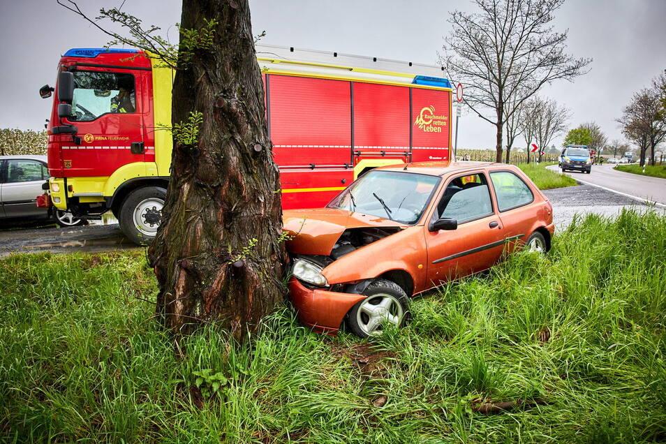 Ein Ford kracht in Pirna-Krietzschwitz frontal gegen einen Baum, dabei wurden zwei Personen verletzt.