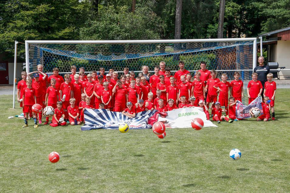 Gruppenbild mit den Profis. Die Sportschule des RB Leipzig trainierte mit 60 Jungs eine Woche lang in Großschweidnitz.